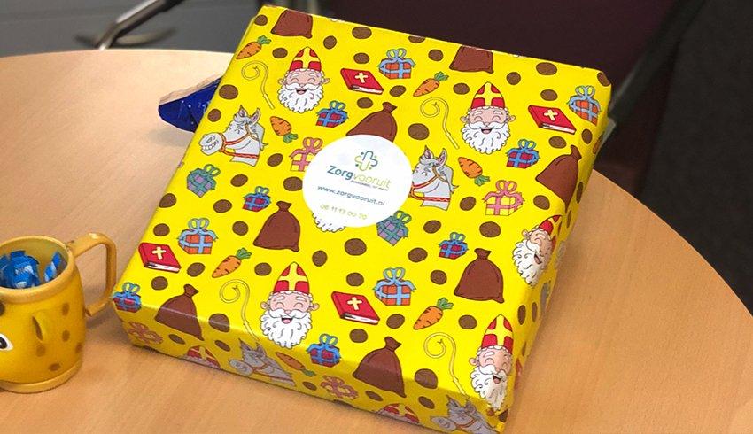 Cliënten en zorgpersoneel verrassen met cadeautjes van Sinterklaas